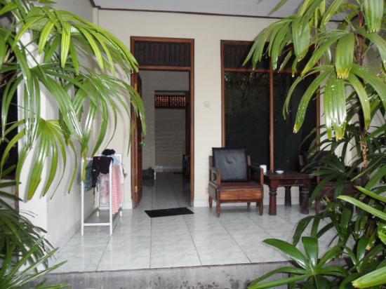 Kedin's II: У номеров, расположенных на первом этаже есть небольшие веранды с креслами и столиком.