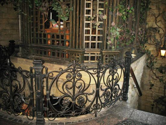 Bavarius: Интерьер (лестница в нижний зал)