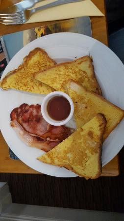 Bunker's : French toast with bacon