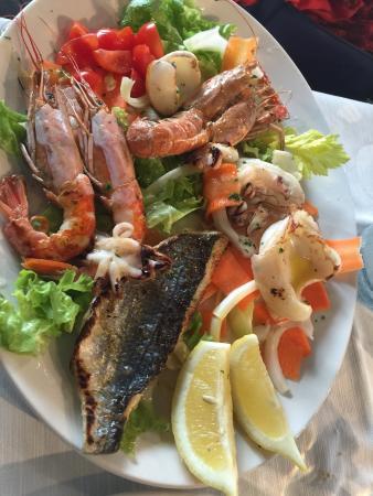 Vino della casa Degustazione di antipasti Ravioli con ripieno di ...