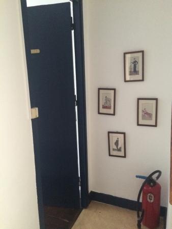 L'Ex-Voto : Petite chambre rustique, toilette commun. Insonorisation inexistante. On entend beaucoup le vent