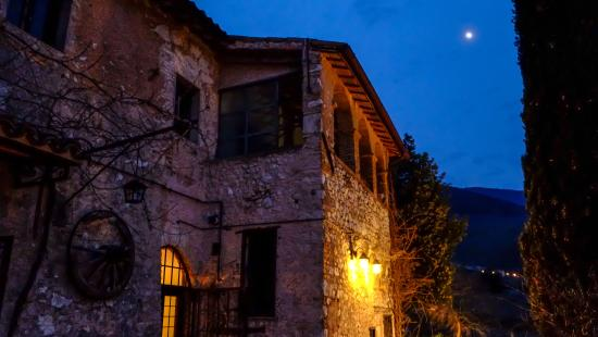 Trevi, Italy: La Locanda Castellina by night!