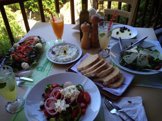 Omalos, Grecia: Fresh salads and cool drinks