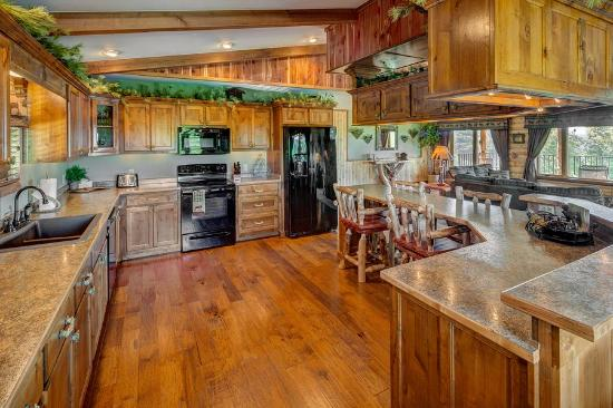 Lake Shore Cabins on Beaver Lake: Treetop Suite Kitchen...ALL the comforts of home ...and then some!