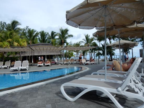 Hotel Riu Le Morne: Main pool in Le Morne. Beach in the background, snack and pool bar opposite