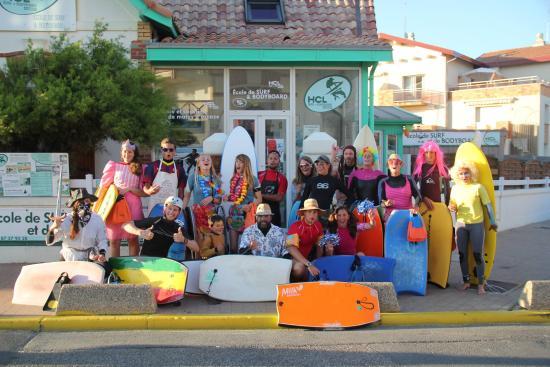 Lacanau-Ocean, France: Le HCL crazy day avec des élèves et l'école en fond