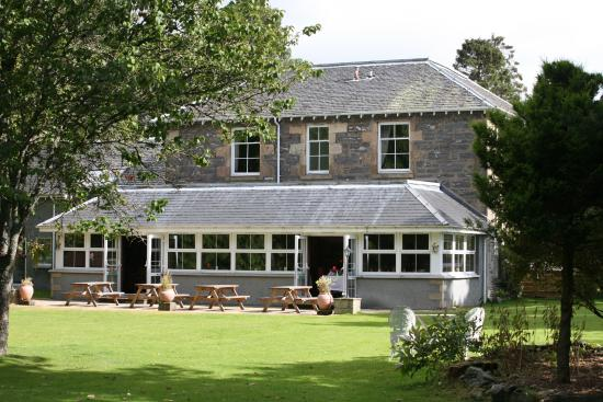 Columba House Hotel: garden and hotel