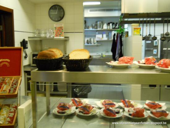 Bruegel Youth Hostel: Ontbijt is verzorgd maar eerder sober