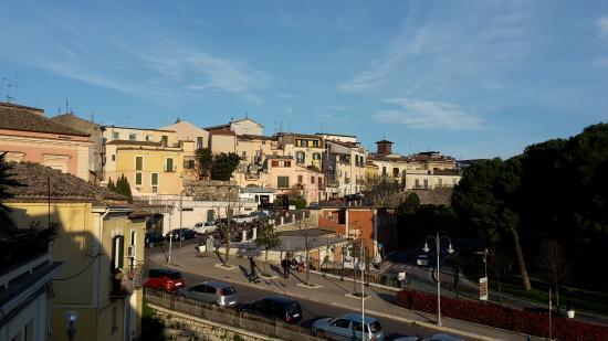Casa Laviano B&B: Dal balconcino, sulla parte sinistra si vedono le case del centro storico e la villa Comunale