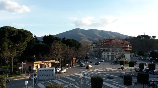 Casa Laviano B&B: Dal balconcino, di fronte la Villa Comunale, sullo sfondo il Vulture e a destra i Cappuccini.