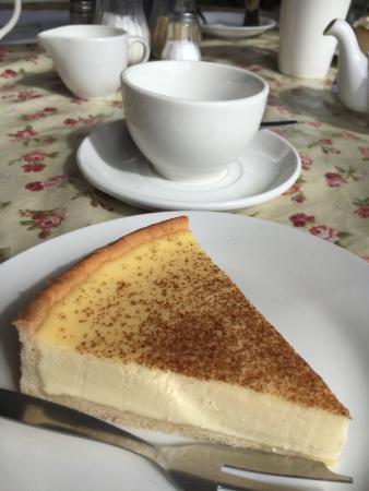 Chouxchouxbedoo: Delicious treats from today. Egg custard, Victoria sponge, and banoffi pie!