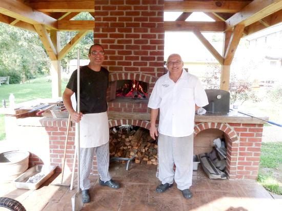 Sutton, Δυτική Βιρτζίνια: Chefs Tim and Eli by wood-burning oven.