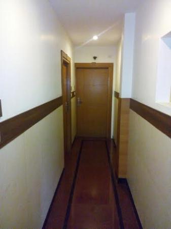 Malles Manotaa: Corridor