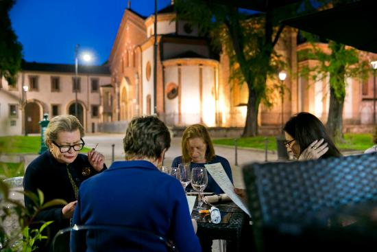 Sant'Eustorgio : Cena con vista della basilica
