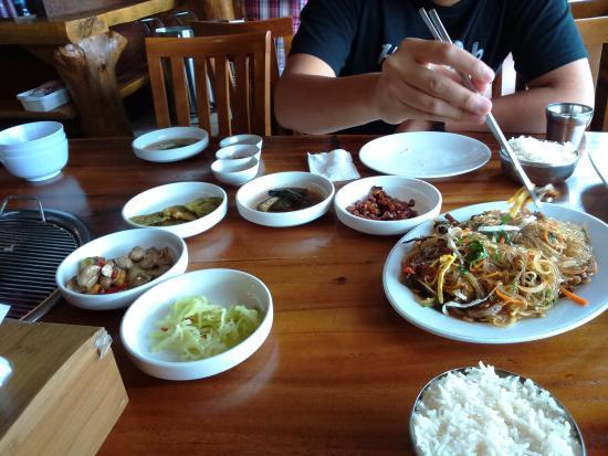 Ada Daging Babi Makanan Pembuka Ala Korea Dan Mie Korea