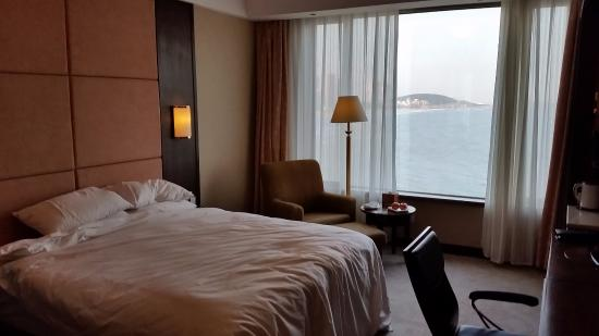 Wei Hai Golden Bay Hotel: The room was very large, the bed comfortable