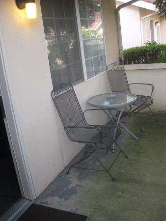Garden Inn and Suites: mini patio by entryway