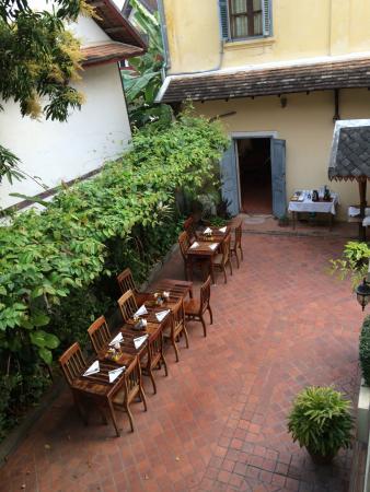 Villa Saykham: Zicht op de ontbijttafels