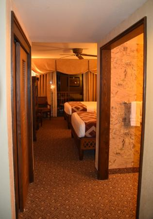 Disney's Animal Kingdom Lodge: Standard lay out; closet on the left, bathroom on