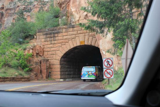 Mount Carmel, Utah: Einfahrt Tunnel (Weg Park - Hotel)