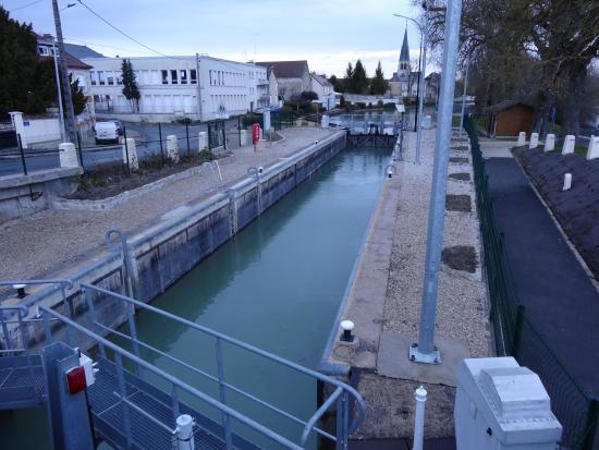 Tours-sur-Marne, Fransa: Le canal, à proximité immédiate...