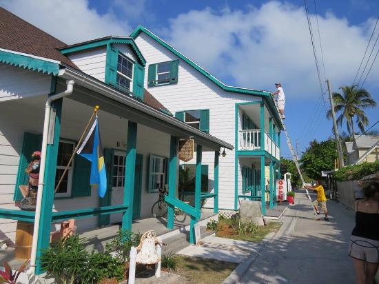 Hope Town, Elbow Cay: This is the correct photo for the Wyannie Malone Historical Museum,grey house is private home.
