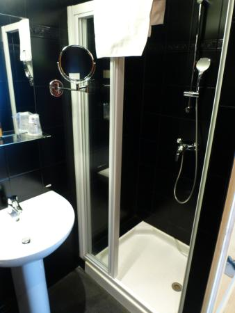 Hotel Cecyl: Shower