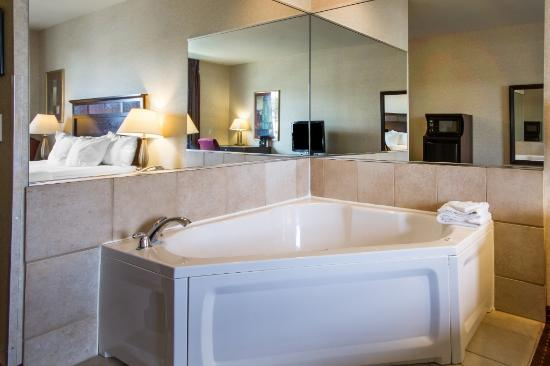 Comfort Inn & Suites Madison North: deluxe whirlpool suite