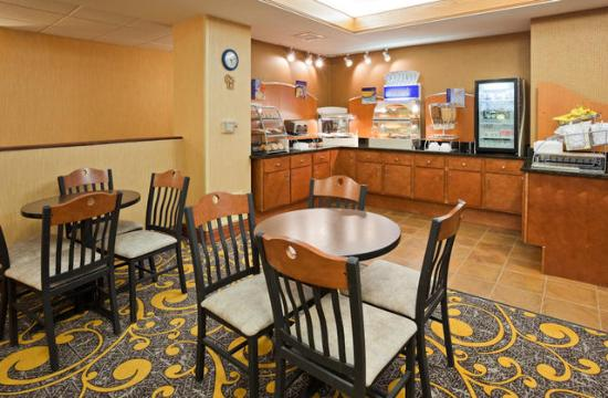 Holiday Inn Express Deforest (Madison Area): breakfast area