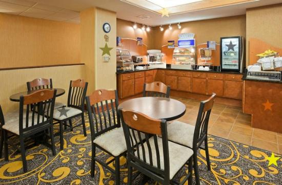Holiday Inn Express Deforest (Madison Area): breakfast area