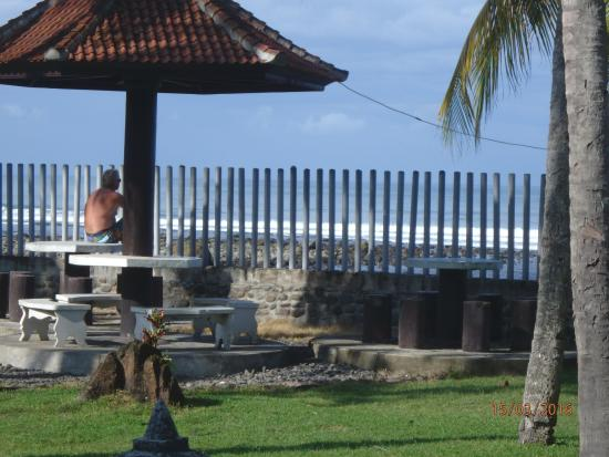 Medewi Beach Cottages: Overlooking the surf break