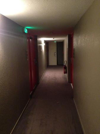 P'tit Déj-Hôtel Valence : couloir qui mène à la chambre