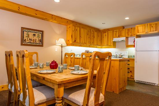 White Crystal Inn - 1 Bedroom plus Den - Dining and Kitchen