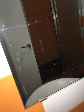 Inturjoven Malaga Youth Hostel: Nada más entrar así estaba la habitación  Mierda de días y en la ducha meses