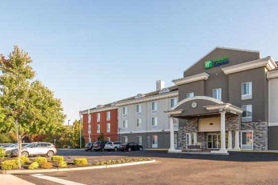 Holiday Inn Express & Suites Philadelphia - Mt. Laurel: Front View