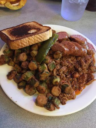Lindsay, Техас: Two meat combo German sausage and chopped brisket with double okra  love there sausage the okra