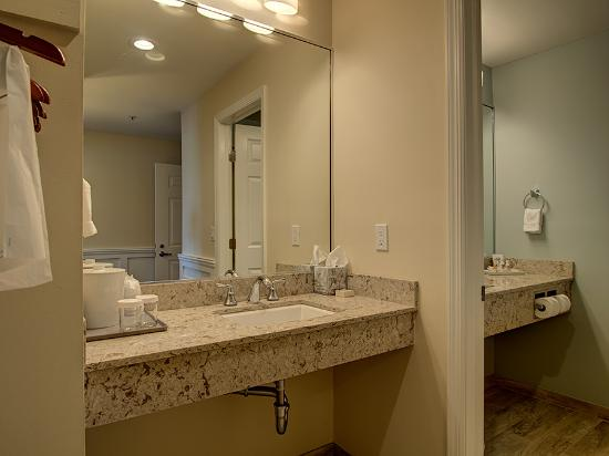 Sag Harbor Inn: Fully renovated Dressing Room and Bathroom