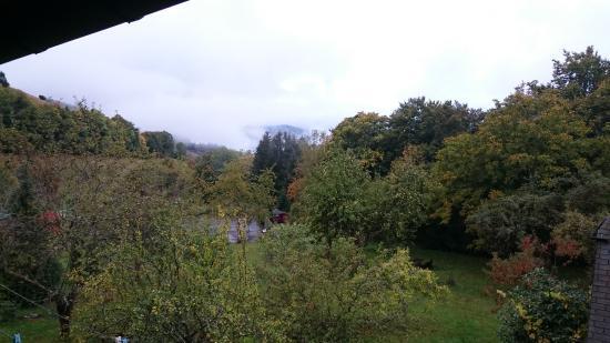 Tunau, Deutschland: Ein Blick vom Balkon in den nebligen Schwarzwald (Tennisplatz im Bild)