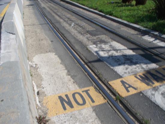 tratto in superficie con attraversamento pedonale - Picture of Metro ...