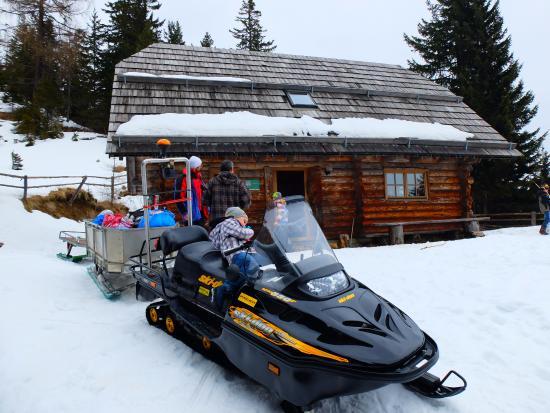 Bad Sankt Leonhard im Lavanttal, Austria: Abreise mit Skidoo und Schlitten