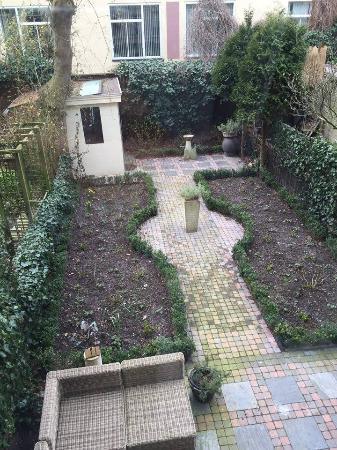 Vondel View B&B: The garden - usually filled with flowers!
