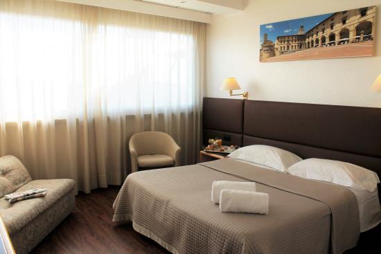 camera matrimoniale + divano letto singolo - Bild von Minerva Hotel ...