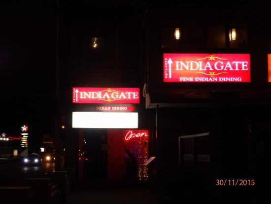 Epsom, Nueva Zelanda: Restaurant entrance at night.