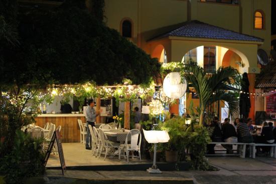 Hotel Plaza by Phocea: La terrasse le soir ( le matin on y sert le petit dej)