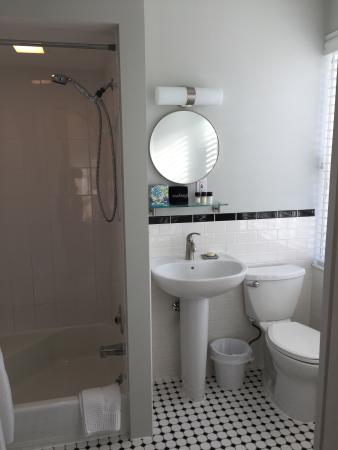ذا فيلدج إن كيب كود: Bath room