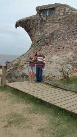 Hotel Playa Brava: Mi Sra. e hijo al pie del Águila.