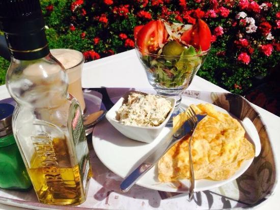 La barra del local.: fotografía de Cafe El Jardin de las Flores ...