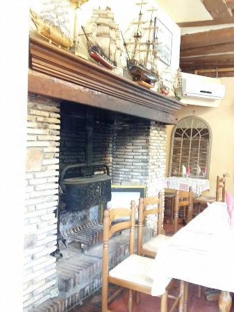 L'Hotellerie, France : Une partie d'une des salles de restauration de l'auberge
