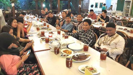 makan malam bersama teman foto warung leko, jakarta tripadvisorwarung leko makan malam bersama teman