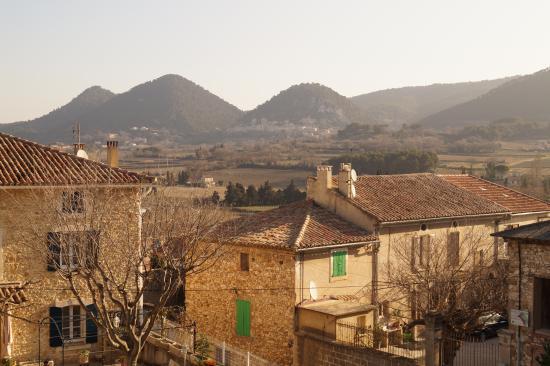 Sablet, ฝรั่งเศส: View from the window on Seguret (plus beaux village de france)